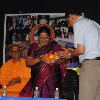 S.g Subramanian Welcoming Ms. Malini With Fruit Basket